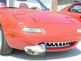 Auto mit scharfen Zähnen