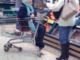 Oma zum Einkaufen mitnehmen