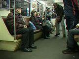 Auf dem Feuerlöscher durch die U-Bahn